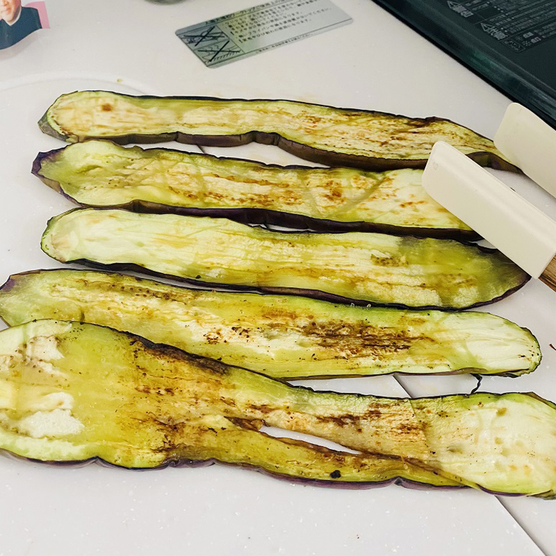 Cut an eggplant into lengthwise slices (1-1.5 cm) and salt it.Fry over a medium heat, until eggplant gets soft.If you use nonstick pan, you won't need any oil.