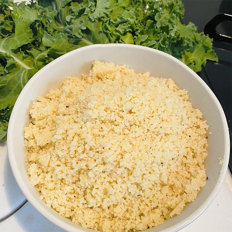 クスクスにレモンオリーブオイルをスプレーし、100mlの水をクスクス全体が浸るまで混ぜる。
