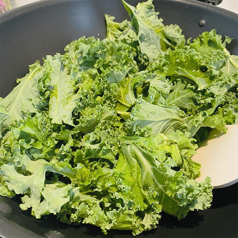 新しいフライパン(中華鍋がオススメ)を温め、ケールを加える。ケールに火が通ったら止める。