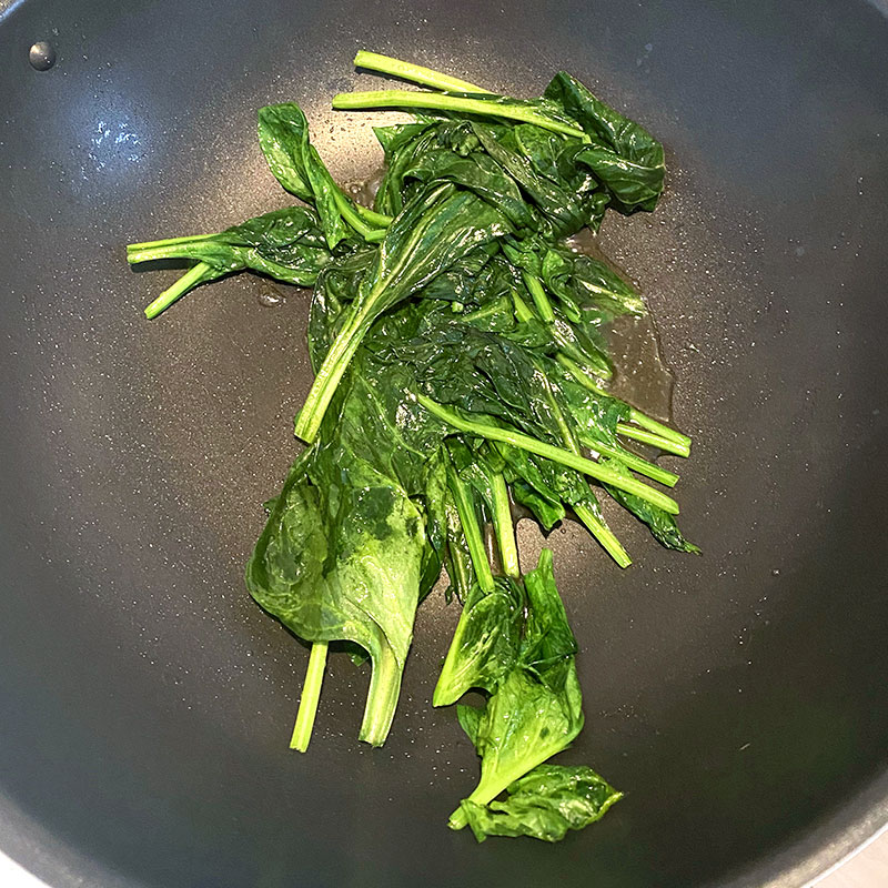 When spinach loses its volume turn off the heat and add half of Yubayose tofu (50g).