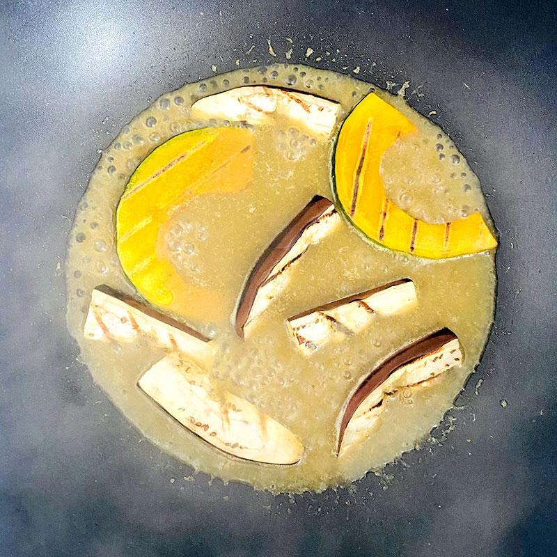 グリルした水ナスとかぼちゃをカレーペーストに加え、3分煮立たせる。