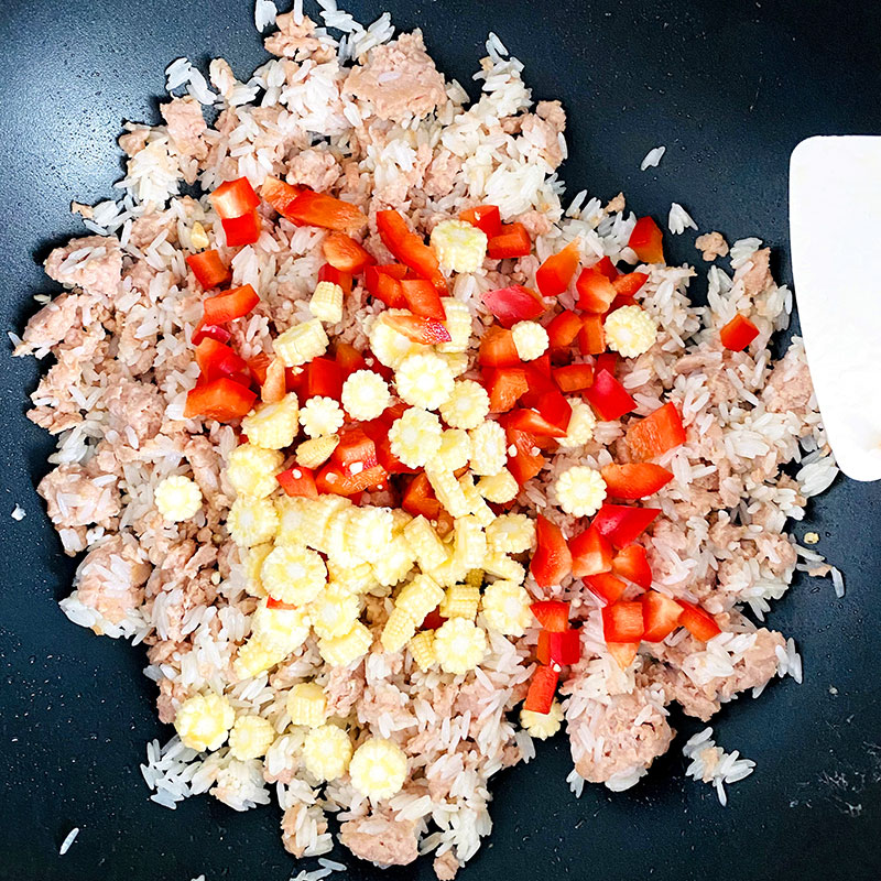 Add the chopped baby corn and red pepper to the rice and SoMeat and stir-fry until SoMeat gets brownish color. Then turn off the heat.
