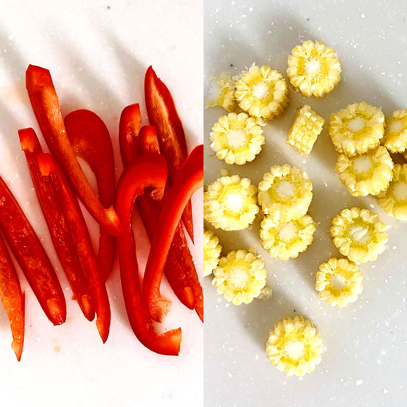Slice the baby corn and red pepper.