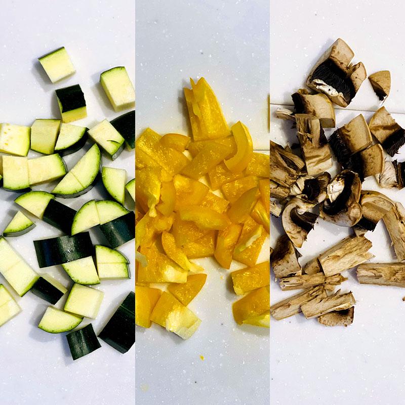 ズッキーニとパプリカとマッシュルームを洗い、1口サイズに切る。
