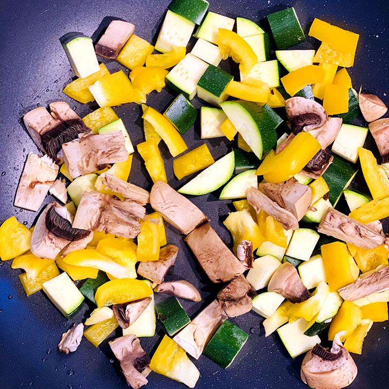 切ったズッキーニとパプリカとマッシュルームをフライパンに入れ、約3分焼く。