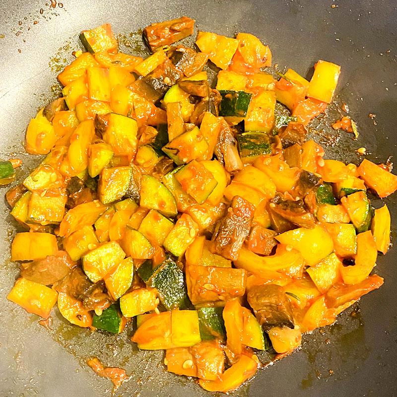 トマトペースト大さじ1、塩コショウ、パプリカパウダー(お好みで)を加える。そしてソミートを加え、全体を混ぜる。