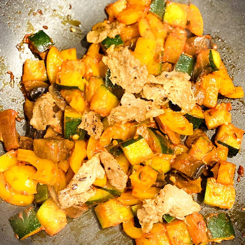 皿にポテトパンケーキ、ソミートの野菜ミックスを盛り付ける。