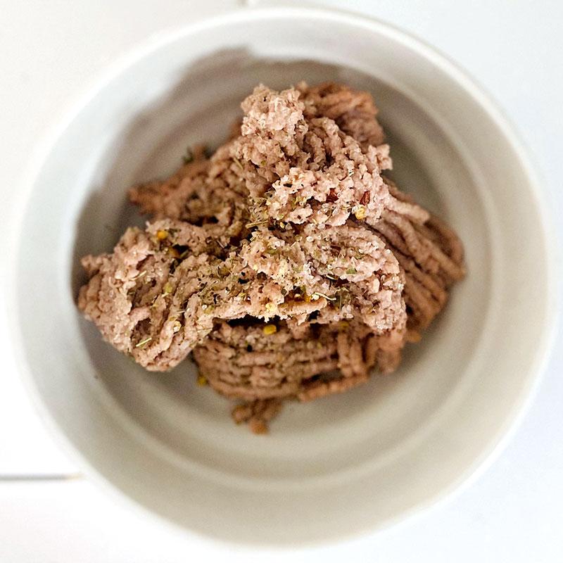 ボウルにソミートと浸した食パンを入れ、塩コショウをし、混ぜる。