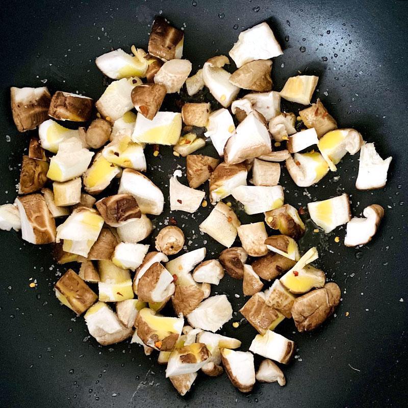 温めたフライパンに切ったマッシュルームを入れ、約5分炒める。